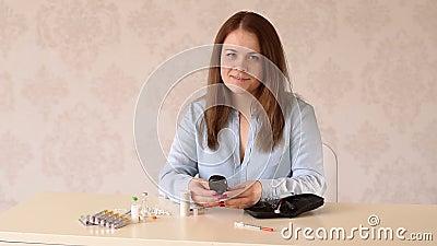 Młody plus kobieta sprawdzająca poziom cukru we krwi przez glukometer w domu zdjęcie wideo