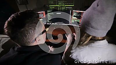 Młody wieloetniczny komputerowych hackerów drużynowy siekać, próbujący zyskiwać dostęp system komputerowy zdjęcie wideo