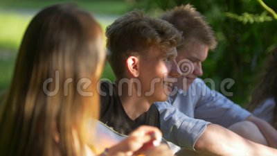 Młodzi ludzie bawić się plenerowe gry ma zabawę w lato parku zdjęcie wideo