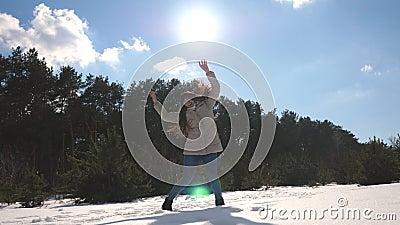 Młodzi szczęśliwi kobieta tanowie śmieszni przy zimy lasową dziewczyną tanczą przeciw tłu śnieżny krajobraz femaleness zbiory
