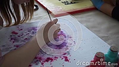 M?dchenk?nstler zeichnet Buchstaben auf dem Farbbrett fertigkeit Art Studio zusammenarbeit stock footage