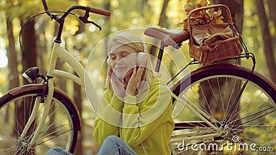 M?sica do telefone Mulher do outono no parque do outono com pul?ver verde Conceito dos fones de ouvido aprec?e Beleza do outono B video estoque
