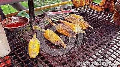 Maíz asado a la parrilla colombiano, comida de la calle en Bogotá Colombia Uno de la comida más auténtica y más sabrosa de las ca metrajes