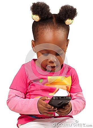 Mała amerykanin afrykańskiego pochodzenia dziewczyna z telefonem komórkowym