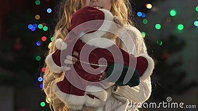 Mała dziewczynka bawić się z misiem w Santas kostiumu, nowy rok atmosfera zbiory wideo