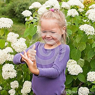 Mała dziewczynka ma zabawy bawić się