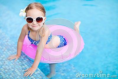 Mała dziewczynka przy dopłynięcie basenem