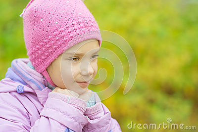 Mała dziewczynka w kapeluszu i kurtce