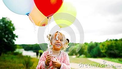 Mała dziewczynka z balonami w parku zbiory