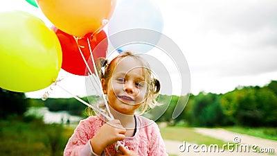 Mała dziewczynka z balonami w parku zbiory wideo