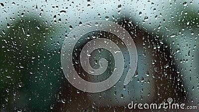 Mała kropla deszczu biegnie w dół w makrze ze szkła mokrego zbiory wideo