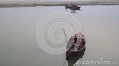 Małe łodzie na rzece Padma w Rajshahi, Bangladesz zdjęcie wideo