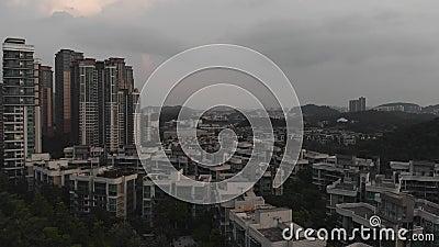 MaÅ'e budynki mieszkalne wÅ›ród drzew zielonych. Guangzhou zdjęcie wideo