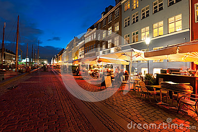 Małe kawiarnie na Nyhavn przy noc Fotografia Editorial