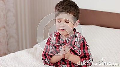 Mały chłopiec modlenie, dzieciak mówi modlitwę przed iść łóżko, silna wiara w sercu, chłopiec ono modli się bóg zbiory