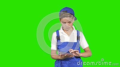 Mały deliveryman z pastylką przy zielonym tłem zbiory