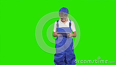 Mały deliveryman z pastylki przedstawienia kciukiem up przy zielonym tłem zbiory