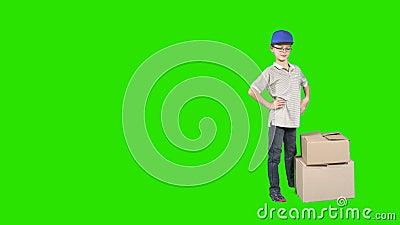 Mały deliveryman z pudełkami przy chroma klucza tłem zbiory wideo