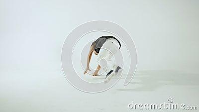 Mały Elegancki chłopiec przerwy taniec I Mieć zabawa, Odizolowywająca Na WhiteStudio strzale zbiory