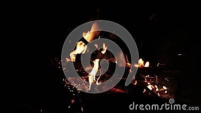 Mały ogień dmuchający silnym wiatrem w zmroku zbiory