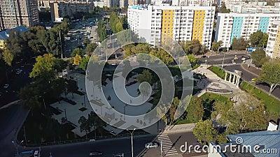 Mały plac miejski w Samarze jesienią, widok z powietrza zbiory wideo