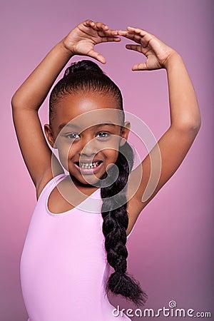 Mała Amerykanin afrykańskiego pochodzenia dziewczyna śliczna dancingowa