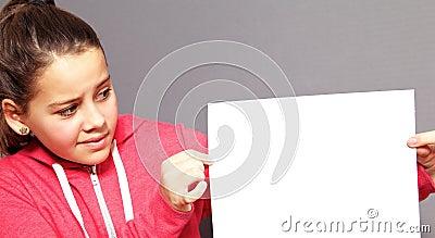 Mała dziewczynka wyraża niepewność