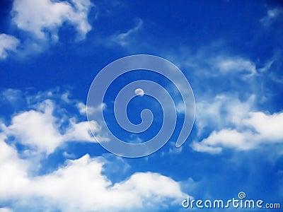 Maan in bewolkte hemel