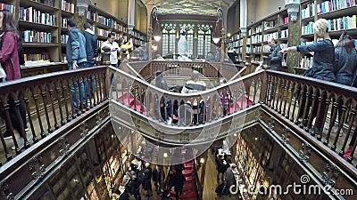 06 maart, 2017 - PORTO, PORTUGAL: Mensen in beroemde Livraria Lello Livraria Lello is oude boekhandel in Porto stock video