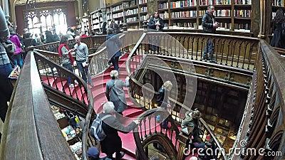 06 maart, 2017 - PORTO, PORTUGAL: Mensen in beroemde Livraria Lello Livraria Lello is oude boekhandel in Porto stock videobeelden