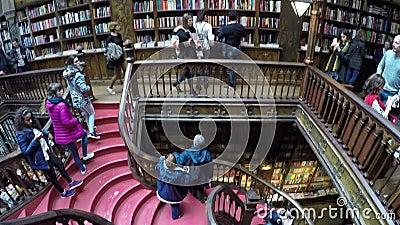 06 maart, 2017 - PORTO, PORTUGAL: Mensen in beroemde Livraria Lello Livraria Lello is oude boekhandel in Porto stock footage