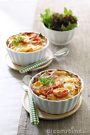 Macaroni and cheese with tomato