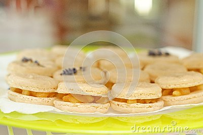 Macarons with caramelized apples