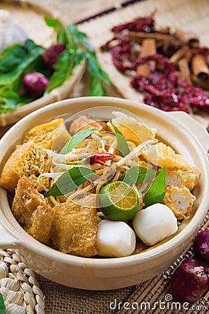 Macarronete singapurense do caril