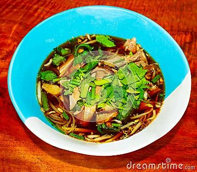 Macarronetes tailandeses com pato