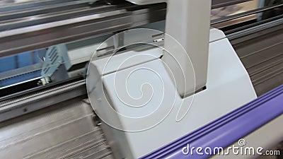Macchina tricottante moderna del telaio su tessitura archivi video