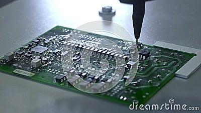 Machinalny tworzenie proces elektroniczni obwody Tworzyć elektroniczną deskę Metal igła ustawia układy scalonych na a zbiory
