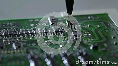 Machinalny tworzenie proces elektroniczni obwody Tworzyć elektroniczną deskę Metal igła ustawia układy scalonych na a zdjęcie wideo