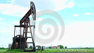 Machine de basculage pour le gisement de pétrole au travail banque de vidéos