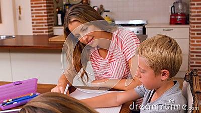 Macierzysty pomagać jej dzieci robić ich pracie domowej zbiory wideo