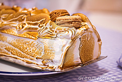 Macro noruega de la torta de la tortilla de huevos (o Alaska cocida al horno)