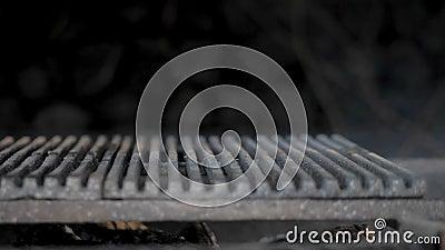 Madeira ardendo sem chama na grade