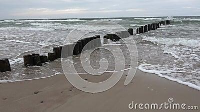 Madeira posta pilhas de jato ruínas em praia e ondas filme
