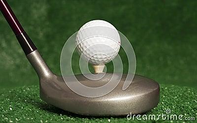 Madera 5 que se sienta delante de juntado con te encima de pelota de golf