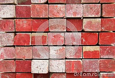Madera de construcción pintada roja