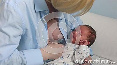 Madre che allatta al seno e che abbraccia il suo bambino E mom archivi video