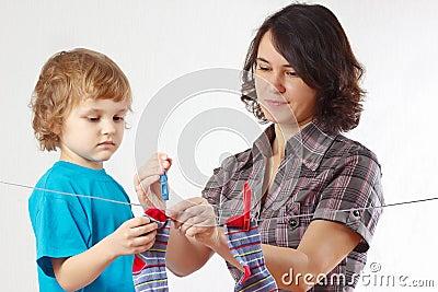Madre con sus calcetines colgantes del pequeño hijo