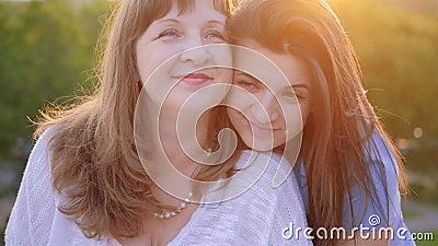 Madre día cálido saludo amor hija besar a mamá almacen de video