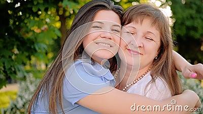 Madre día cálido saludo hija abrazando a mamá almacen de video