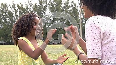 Madre e figlia che giocano insieme gioco d'applauso in parco archivi video
